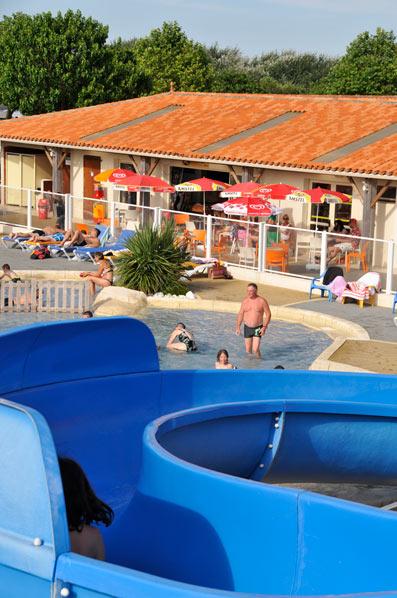 piscine avec toboggans