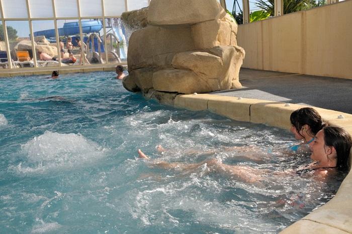 piscine couverte avec jacuzzi aux Sables d'Olonne