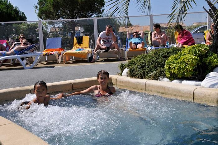 espace aquatique avec jacuzzi au camping en Vendée