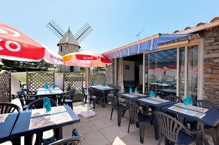 terrasse du camping avec bar snack en Vendée